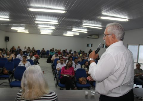 O prefeito Rogério Teófilo durante reunião da 7ª Região de Saúde do Estado de Alagoas