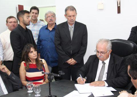 Rogério assina decretos no primeiro dia de trabalho