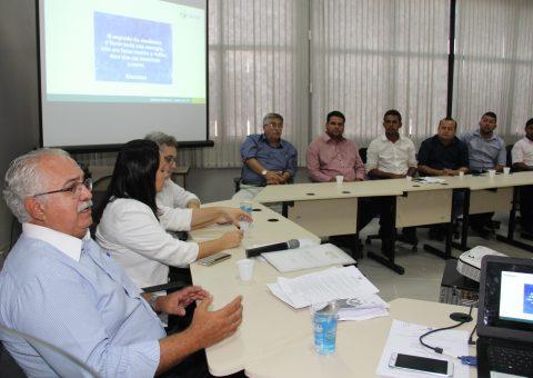 Prefeito Rogério Teófilo durante reunião com os vereadores de Arapiraca