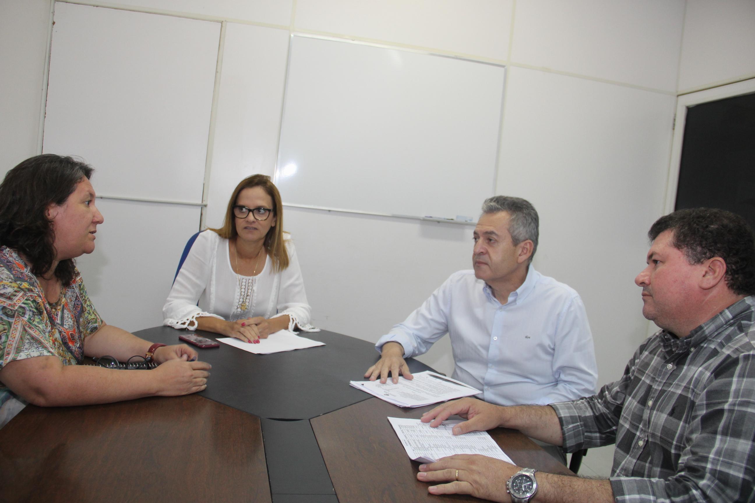 Aurélia Fernandes e sua equipe técnica reunida com o médico Ulisses Pereira
