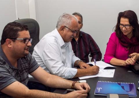 Prefeito Rogério Teófilo durante assinatura que sancionou a lei que torna o ASA Patrimônio Histórico e Cultura Imaterial de Arapiraca.