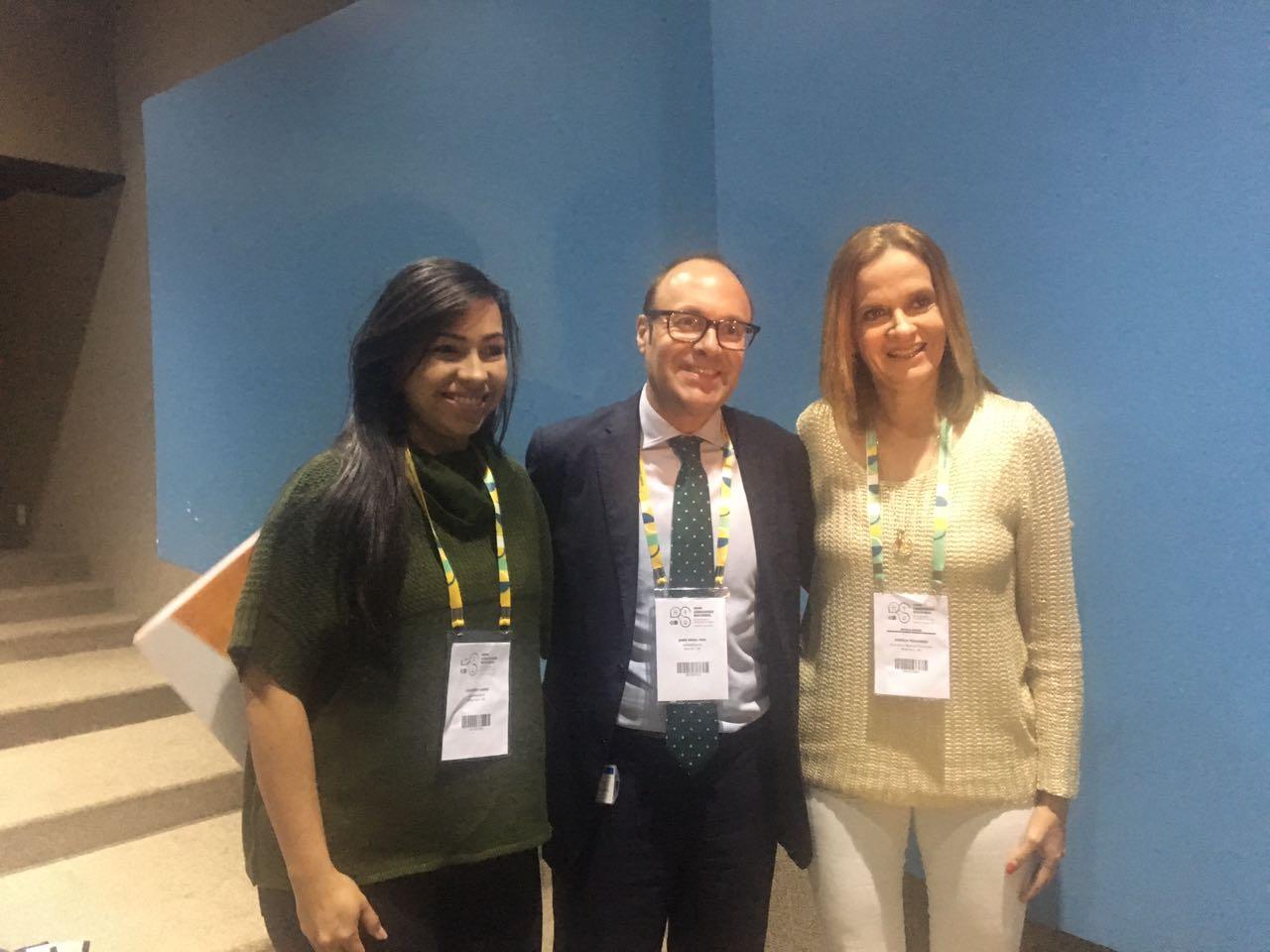 O representante da Opas no Brasil, Jaime Nadal Roig,entre a secretária Aurélia e a autora do projeto, a enfermeira Lousanny.