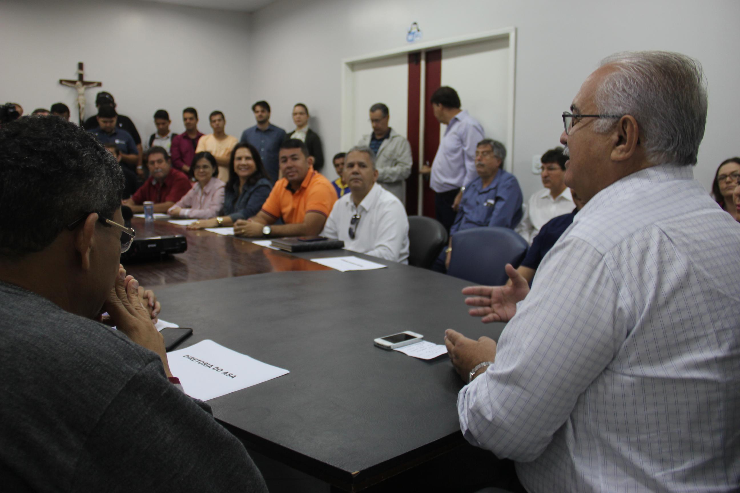 Prefeito Rogério Teófilo durante anúncio de patrocínio ao Gigante Arapiraquense