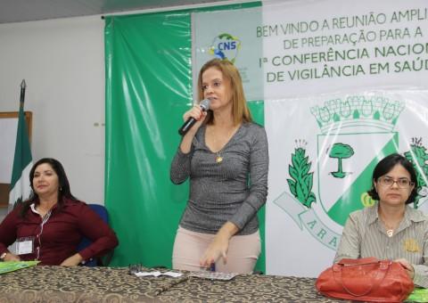 A secretária Aurélia Fernandes fazendo uso da palavra durante a abertura da reunião ampliada para a Conferência Nacional de Vigilância em Saúde