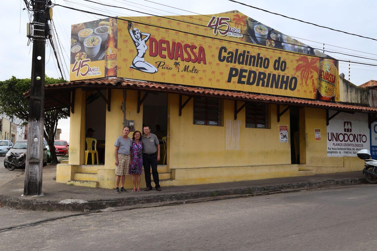 Os irmãos Pedro, Maria Luísa e Flávio tocam o bar diariamente.