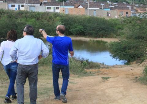 Equipe do Meio Ambiente do município realiza visita in loco. Foto de Genival Silva.