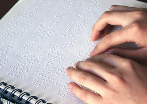 Mãos-lendo-Braille-4