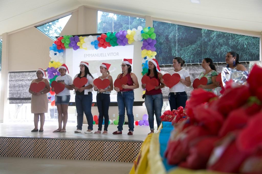 Mães participam de homenagem ao aluno Emmanuell Vitor. (Foto de Lucas Ferreira).