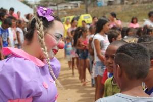 A palhaça Amora, junto a comunidade, fez a recepção do Papai Noel