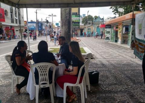 Equipe da Controladoria Geral do Município durante ação realizada na Praça Marques da Silva