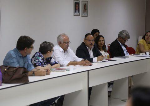 Henrique Paim ao lado do prefeito e da equipe de trabalho da FGV em Arapiraca. (Foto: Lucas Ferreira)