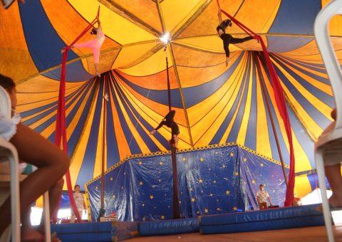 Alunos apresentam numero no tecido acrobático. Foto: Lucas Ferreira