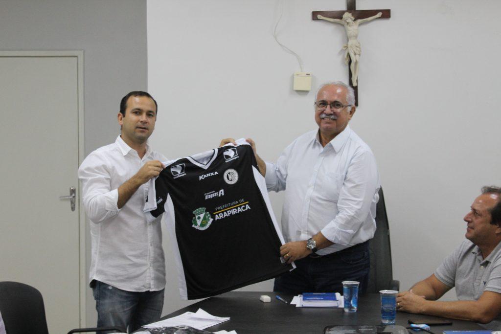 Presidente Ivens Leão entrega camisa alvinegra ao prefeito Rogério Teófilo durante reunião realizada na manhã desta quarta-feira (18)