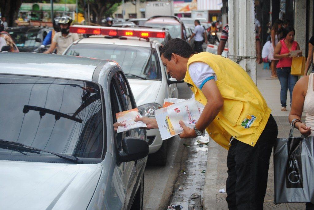 Agente da SMTT e técnico em Educação para o Trânsito distribuiu panfletos para os condutores de Arapiraca na ação de 2017