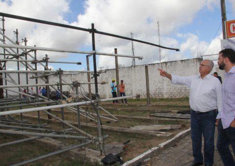 Prefeito Rogério Teófilo durante visita ao Estádio Municipal Coaracy da Mata Fonseca