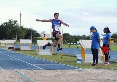 Atleta Aylson Aguiar durante salto realizado no Troféu Norte-Nordeste Caixa de Atletismo Sub-18, em Natal