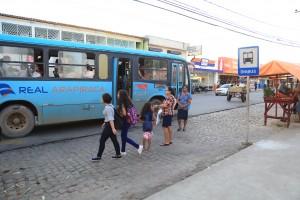 Ambulantes ocupam recuo de ponto de ônibus