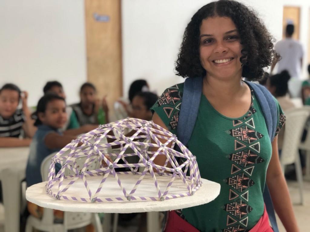 Aluna do projeto de extensão Maloca apresenta maquete com domo. (Foto: Laís Pita)