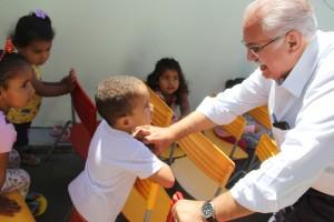 Prefeito visitou o Centro de Educação Infantil Lar da Esperança, no bairro Manoel Teles (Fotos: Samuel Alves)