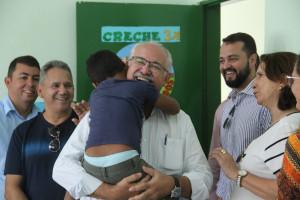 Prefeito visitou a creche do conjunto Jardim das Paineiras e ao chegar no local recebeu um abraço de agradecimento de um dos alunos (Fotos: Genival Silva)
