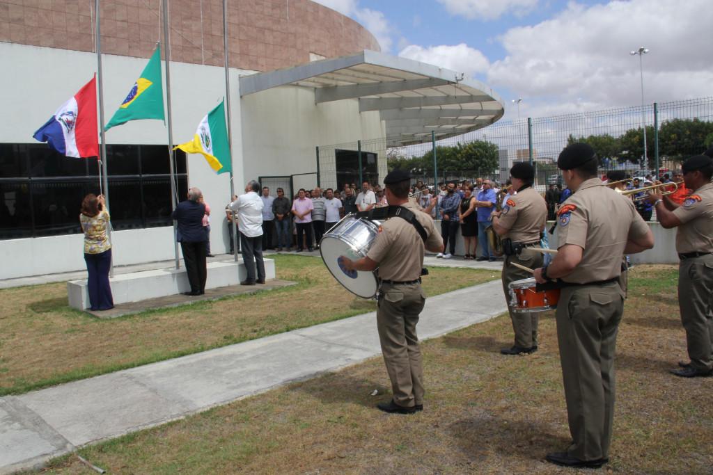 Banda da Polícia Militar tocou os hinos do Brasil e de Arapiraca durante o hasteamento das bandeiras (Fotos: Samuel Alves)