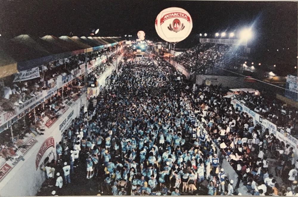 A Avenida Governador Lamenha Filho era tomada por foliões vindos de todos os cantos (Fotos: Reprodução)