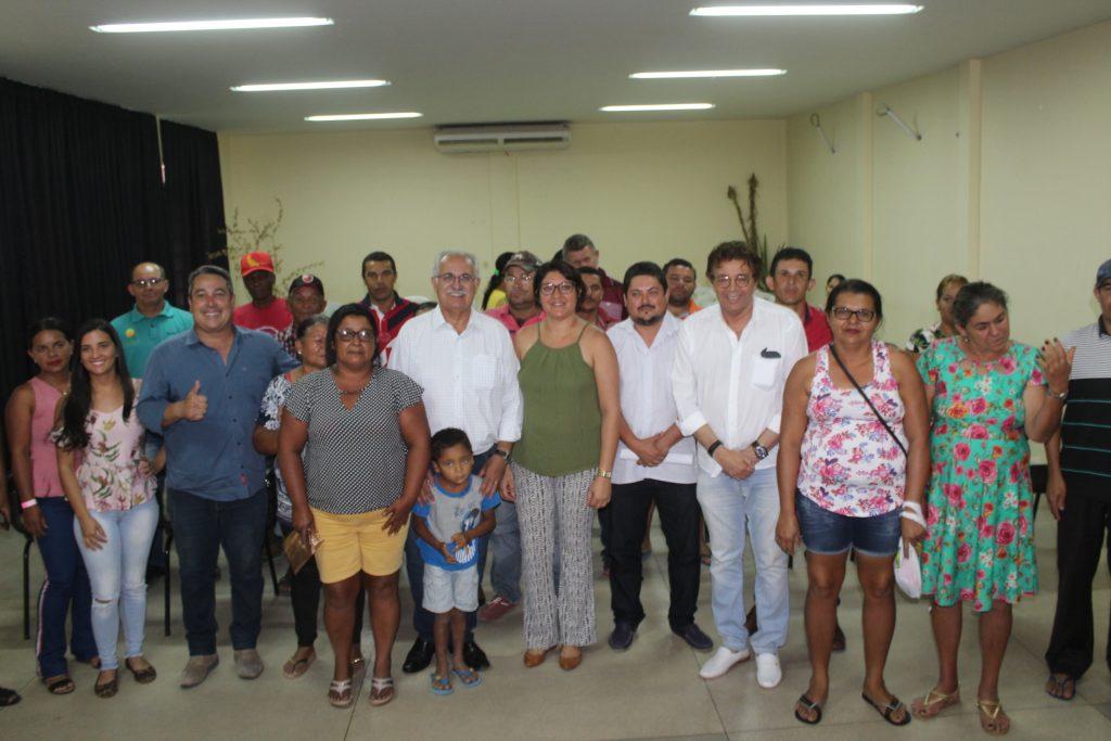 Boletos foram entregues aos agricultores e agora eles podem buscar novos empréstimos para investir em suas produções (Foto: Genival Silva)